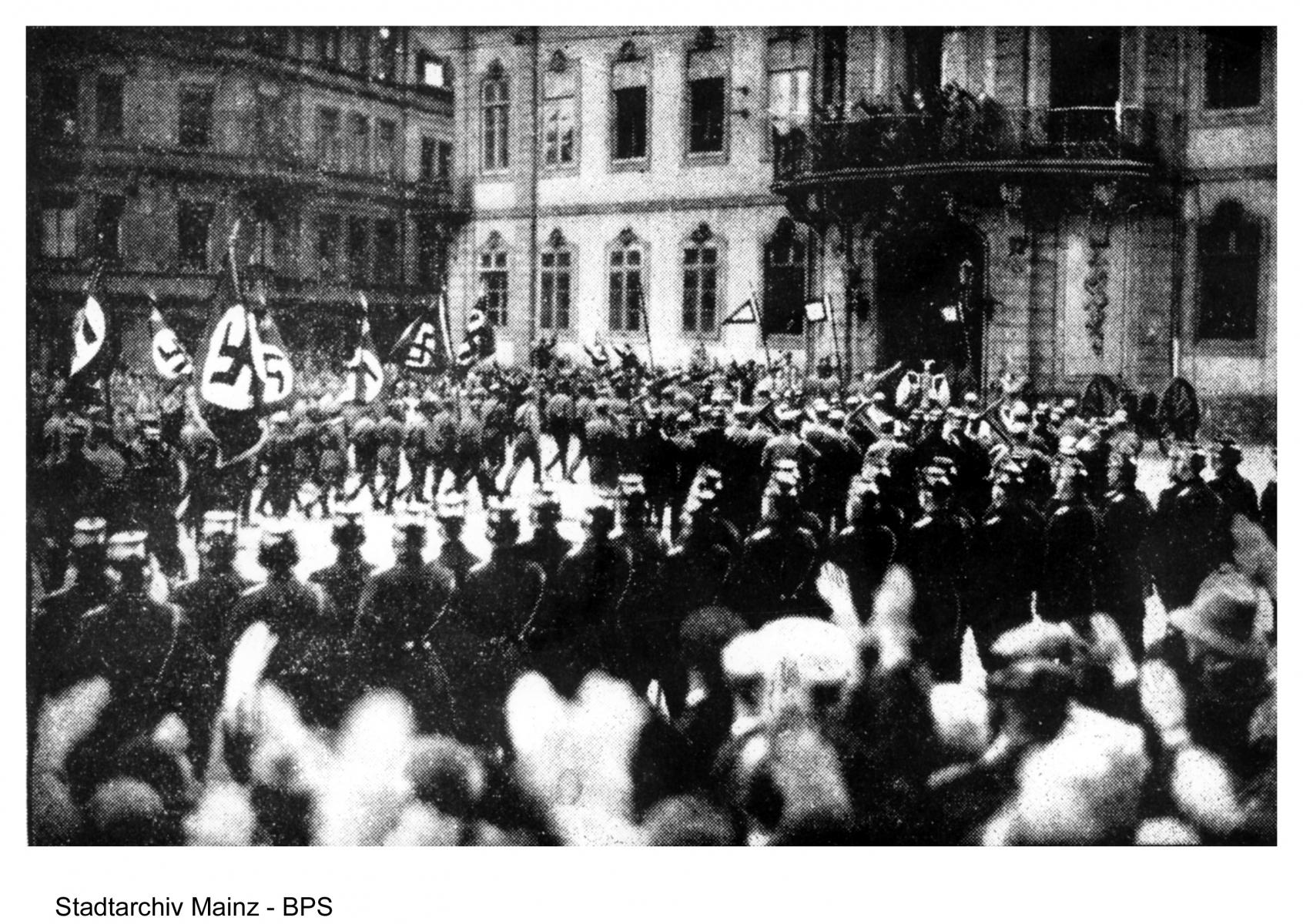 """""""Der Osteiner Hof wird 'Braunes Haus': Einmarsch der national-sozialistischen Fahnendeputationen in das Gouvernement"""", 1933."""