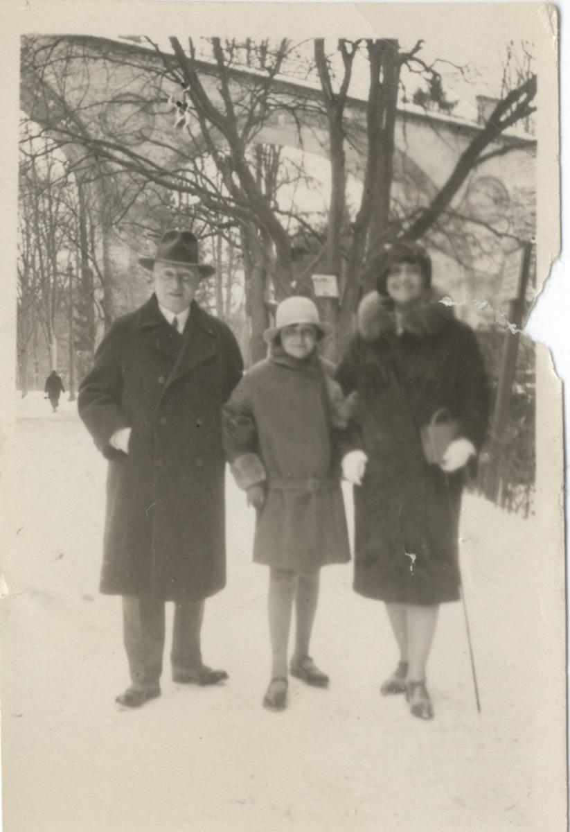 1_Gerti_mit_Eltern_1928-2