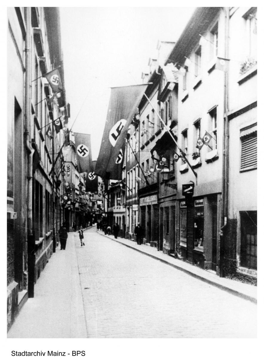 Blick in die Große Langgasse (von der Welschnonnengasse aus) Richtung Umbach, um 1938. Hakenkreuzbeflaggung an den Häusern.