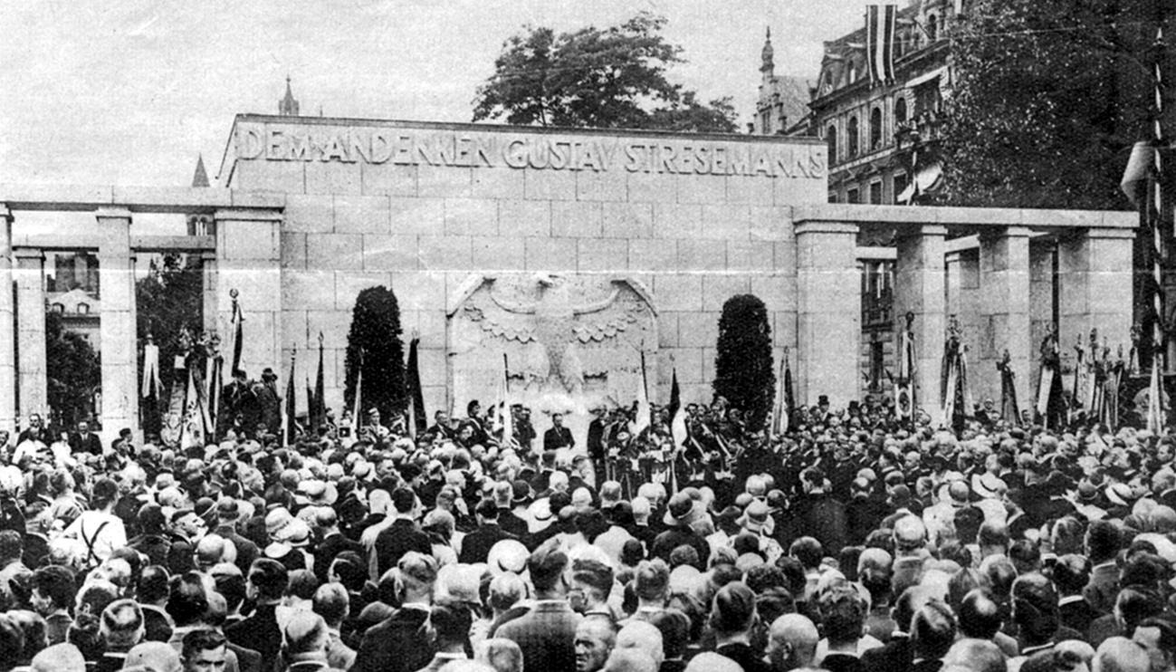 """""""Das Stresemann-Ehrenmal in Mainz. Am Rheinufer in Mainz wurde unter großer Anteilnahme der republikanischen Bevölkerung des Stresemann-Ehrenmal enthüllt"""", 05.07.1931."""
