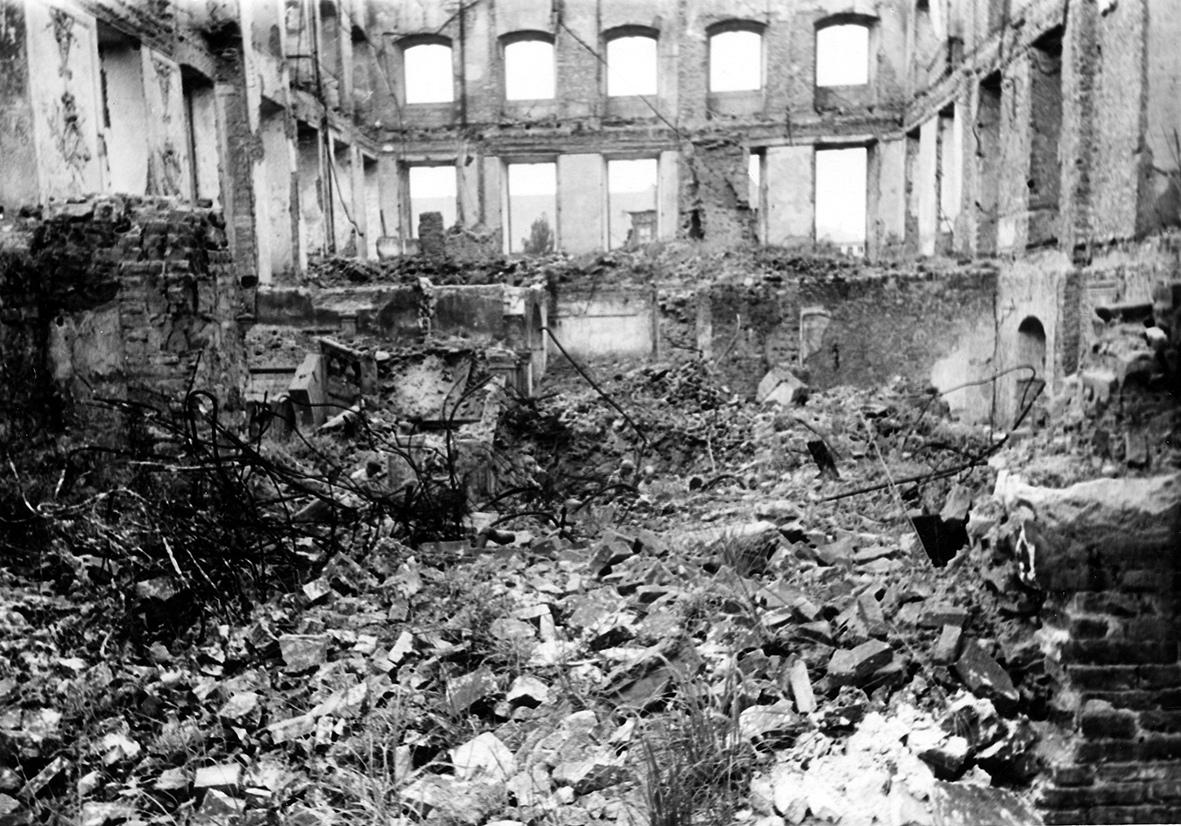 Hauptgebäude des Deutschhauses nach der Zerstörung vom 27. Februar 1945.