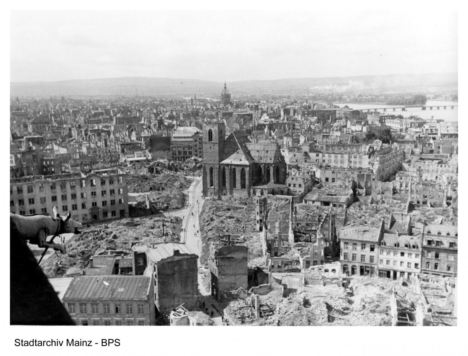 Blick vom Dom auf die zerstörten Häuser der Innenstadt, besonders Markt, Schusterstraße und Umgebung, nach dem 27.02.1945. Bildmitte: St. Quintin.